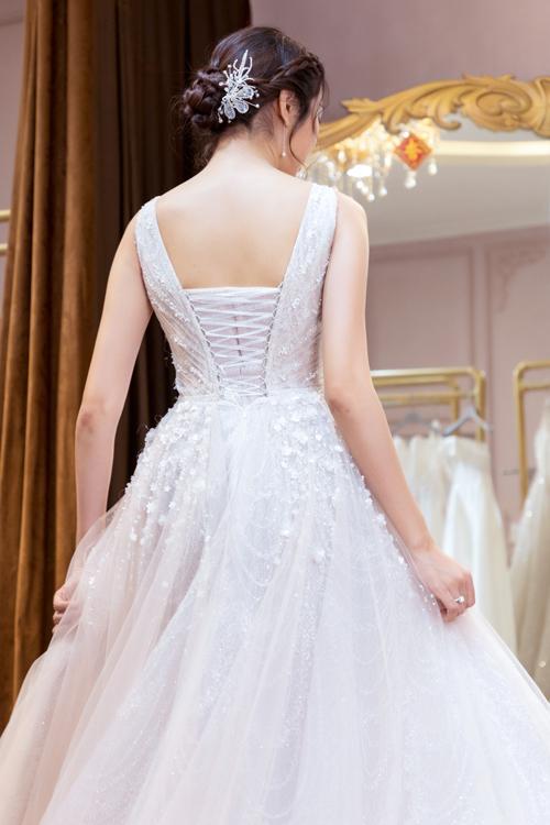Còn nếu diện váy ở tiệc tối dưới dàn ánh đèn vàng, thiết kế có màu hồng tím, tôn làn da châu Á của cô dâu.