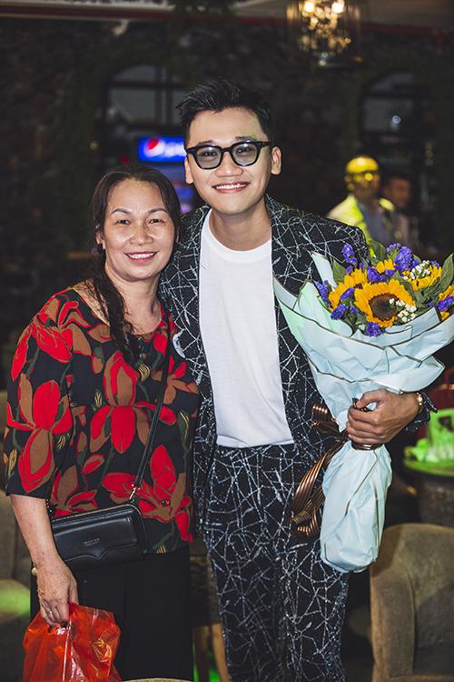 Nam diễn viên rất xúc động vì trong số rất nhiều bạn trẻ còn có cả khán giả 62 tuổi là cô Nguyễn Thị Chữ (Ninh Bình) đã đi hơn 100 km đến Hà Nội để gặp anh. Cô chia sẻ bản thân đã theo dõi Xuân Nghị từ rất lâu rồi và cả gia đình cô đều rất yêu mến nam diễn viên.