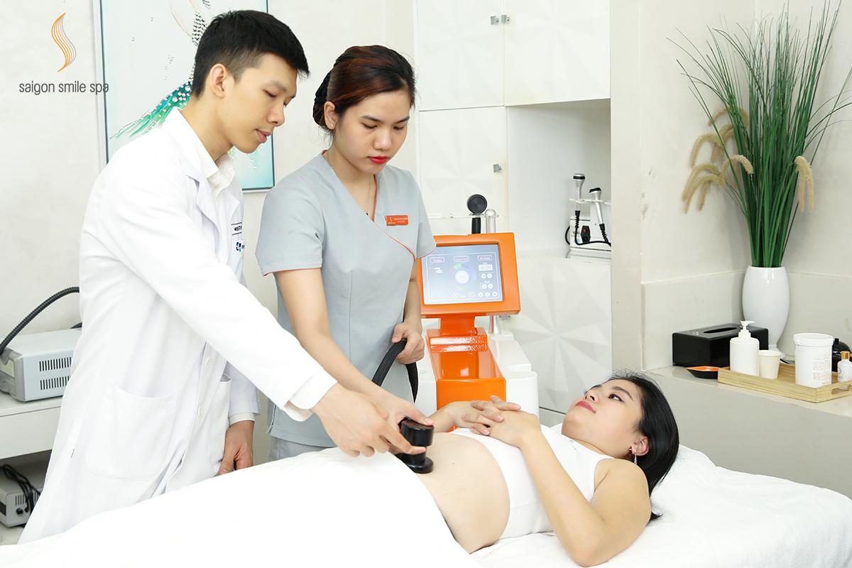 CEO Linh Bùi chọn giảm béo công nghệ Mỹ hiện đại tại hệ thống Saigon Smile Spa, giúp chị giảm 12cm bụng. Nữ CEO cho biết, Để có vòng eo 56 với cơ bụng số 11 thì khó, chứ muốn bụng không còn xổ mỡ, gọn gàng phẳng phiu, thì công nghệ giảm béo này giúp bạn dễ dàng, nhanh chóng.