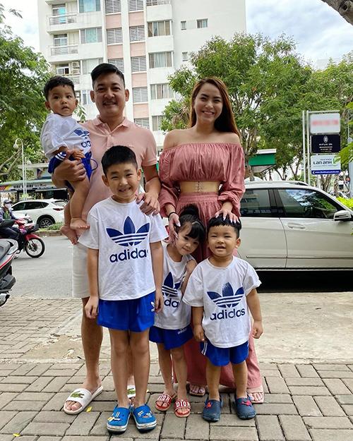 Bốn con nhà Thành Đạt mặc ton sur ton khi đi chơi cùng bố mẹ.