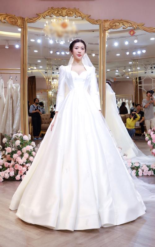 Bộ váy cuối cùng mà Thúy Vân khoác lên mình được lấy ý tưởng từ phong cách thời trang quý tộc thập niên 1970 với kiểu cổ nữ hoàng. Váy được làm từ chất liệu woven silk (vải lụa dệt) nhập khẩu từ Thổ Nhĩ Kỳ.