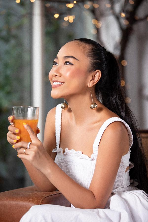 Bên cạnh chế độ dinh dưỡng cân bằng, nữ ca sĩ còn kết hợp sử dụng đều đặn thực phẩm bổ sung vitamin và khoáng chất giúp cơ thể tăng cường hệ miễn dịch, tái tạo năng lượng, phục hồi sức khỏe.