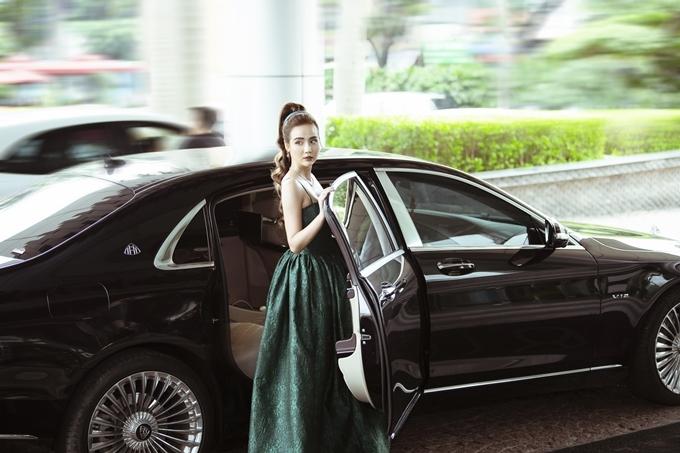 Trước đó, Huyền Lizzie có mặt rất sớm tại sự kiện. Cô di chuyển bằng xe riêng tới khách sạn ở trung tâm Hà Nội trong trang phục gợi cảm màu xanh đúng yêu cầu dress code.