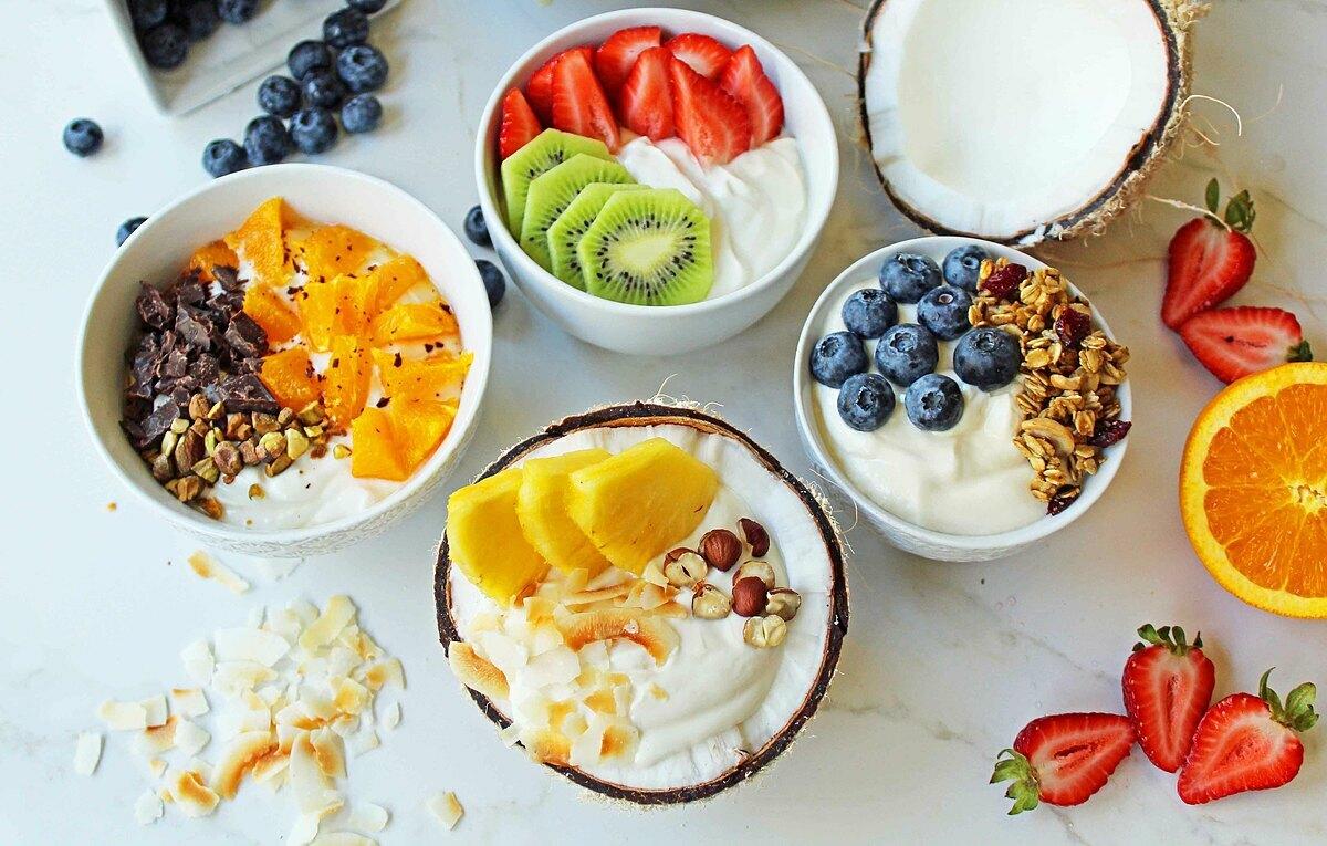 Runner nên bổ sung sữa chua với hạt, hoa quả vào bữa phụ.