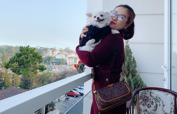 [Caption] Bên cạnh đó, Kiều Linh còn thuê hẳn một vú nuôi để chăm sóc riêng cho thú cưng. Kiều Linh có một tình yêu vô cùng đặc biệt đối với thú cưng, tới nỗi, chị mơ ước sẽ mua một khu đất xa trung tâm thành phố để mở trại cưu mang chó mèo cứu về từ lò mổ và đi lang thang.