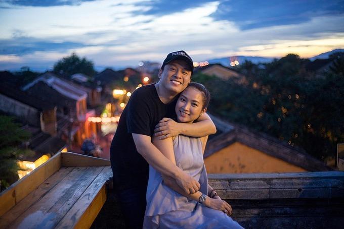 Ca sĩ Lam Trường tình cảm bên vợ khi cả hai cùng du lịch ở phố cổ Hội An.