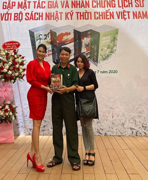Phi Thanh Vân mặc nổi bật dự sự kiện ở đường sách Nguyễn Văn Bình TP HCM. Chiều 5/7 cô gặp sự cố sức khỏe phải nhập viện cấp cứu.