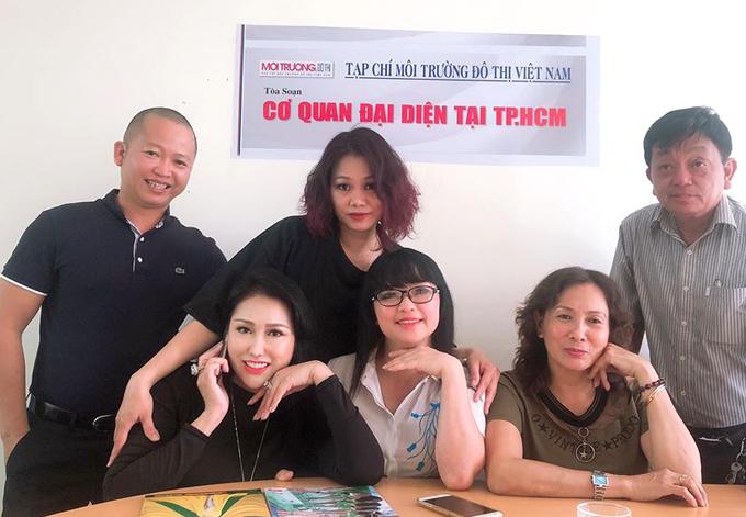 Phi Thanh Vân chụp ảnh cùng các đồng nghiệp ở tòa soạn tạp chí Môi trường Đô thị Việt Nam. Cô rất hào hứng với vai trò mới.