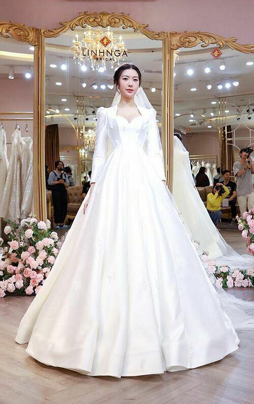 Đây là bé Vân xinh. Bé Vân đang thử làm cô dâu, á hậu Thúy Vân chia sẻ về bức ảnh diện váy cưới của mình. Hôn lễ của người đẹp sẽ diễn ra vào 25/7 này.