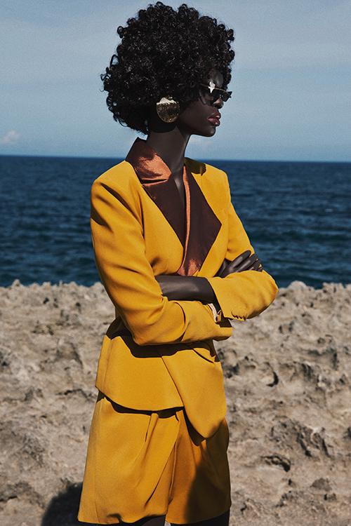 Các mẫu short suit, crop-top, áo cut-out được thể hiện với phom dáng độc đáo để giúp phái đẹp cuốn hút hơn với xu hướng hè.