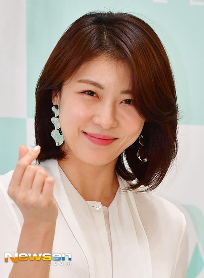 Ha Ji Won tập tạ và cardio để tăng cường cơ bắp.