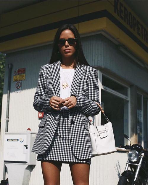 Suit dáng ngắn thường được xây dựng trên các loại vải in hoạt tiết ca rô để tăng phần trẻ trung cho người sử dụng.