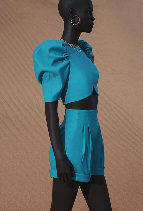 Cơ thể người phụ nữ hoàn toàn được giải phóng với những thiết kế váy, đầm phồng nhưng vẫn bộc lộ được cá tính thời trang qua những chi tiết bất đối xứng.