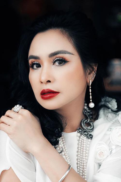 Với gu trang điểm, Thanh Lam thường eyeliner, nhấn vào đôi mắt to tròn và tô son đỏ đậm để tôn vẻ quyến rũ.