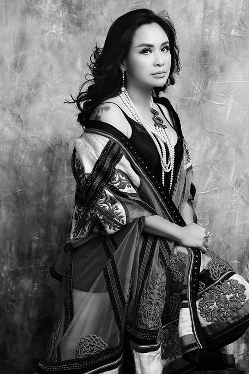 Phụ kiện ngọc trai to bản là món đồ yêu thích của Thanh Lam, thường được chị kết hợp với nhiều loại trang phục khác nhau.