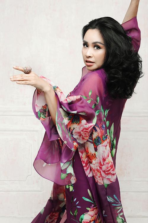 Nhiều năm nay, Thanh Lam luôn chọn các kiểu váy dáng suông nuốt chửng đường cong mang lại sự phóng khoáng và thoải mái khi di chuyển.