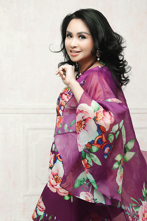 Hoạ tiết hoa kết hợp với chất liệu voan tôn lên sự mềm mại, nữ tính cho giọng ca Em tôi. Với gu thời trang đặc biệt và vẻ đẹp nổi trội của mình, Thanh Lam từng trở thành nàng thơ của nhà thiết kế Vũ Ngọc và Son trong một bộ sưu tập thời trang.