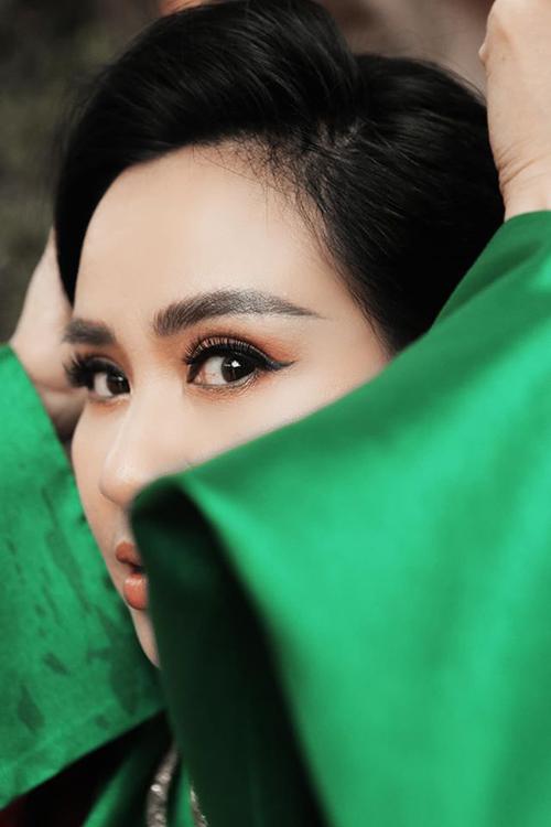Sau khi phẫu thuật chữa chứng lão thị đầu năm 2020, Thanh Lam thấy mắt mình sáng hơn. Nhờ vậy, chị càng tự tin hơn với đôi mắt đẹp Trời cho. Người phẫu thuật cho nữ ca sĩ chính là bác sĩ Bùi Tiến Hùng, bạ trai hiện tại của chị.
