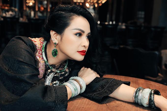 Thanh Lam sinh năm 1969, là một trong những ca sĩ tiên phong của dòng nhạc nhẹ Việt Nam. Chị được xem là một trong bốn diva, bên cạnh Hồng Nhung, Mỹ Linh và Trần Thu Hà. Năm 2007, chị là ca sĩ tự do đầu tiên đạt danh hiệu Nghệ sĩ Ưu tú.