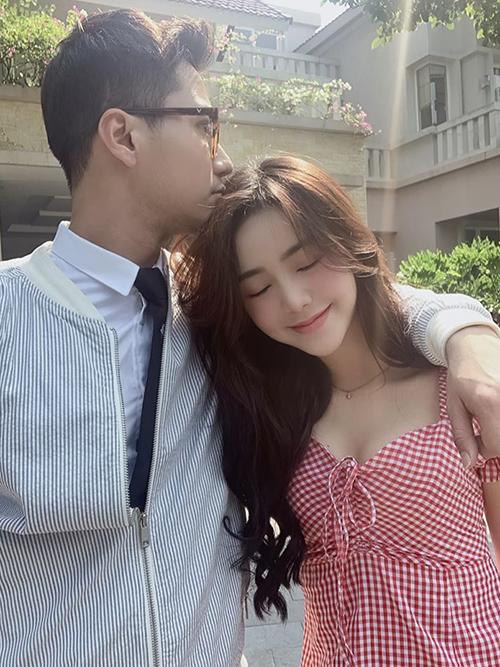 Dù vậy, Thanh Sơn và Quỳnh Kool vẫn rất chăm chụp ảnh tình tứ tại hậu trường phim Đừng bắt em phải quên vì coi đây là những món quà dành tặng khán giả.
