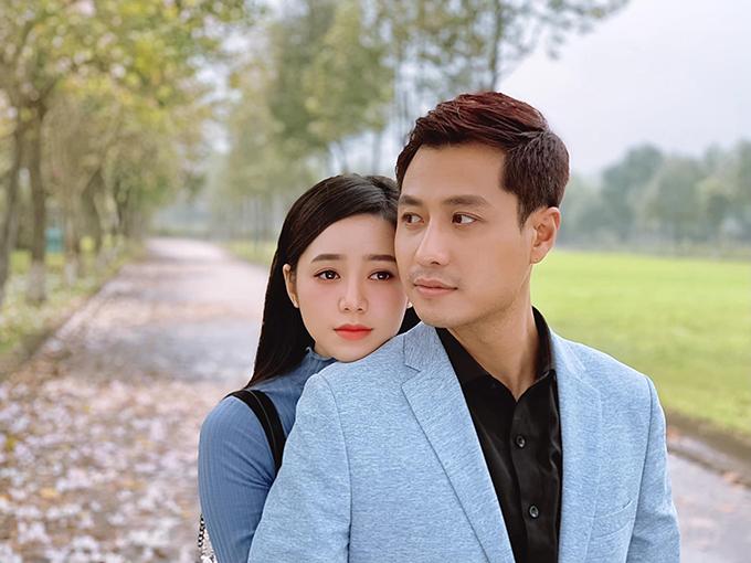 Hai diễn viên được nhận xét đẹp đôi, thể hiện chân thực tình yêu trong sáng của một cặp từ thầy trò đi từ giận dỗi, ngượng ngùng chuyển sang yêu nhau.