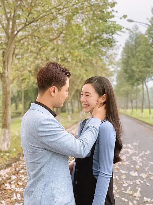 Quỳnh Kool cho biết, khi đóng một số cảnh tình tứ với Thanh Sơn, cô thường không nhịn được cười vì cứ nhìn mặt nam diễn viên là thấy hài hước.