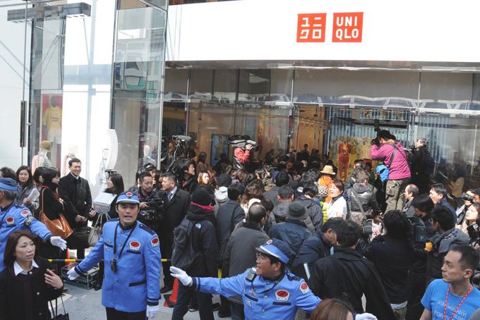 Khách hàng chờ đợi đông nghẹt bên ngoài cửa hàng Uniqlo ở quận Ginza, Tokyo trước giờ khai trương vào tháng trước. Ảnh: Japan times.