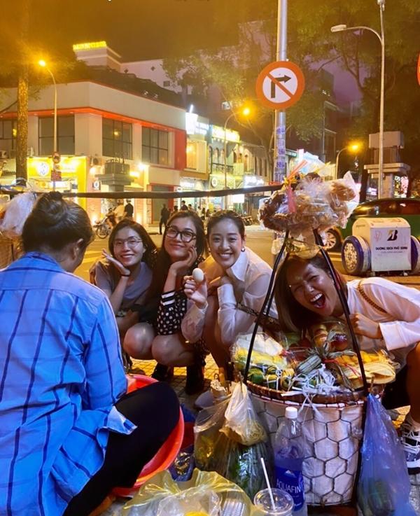 Hhen Niê ăn bánh tráng trộn