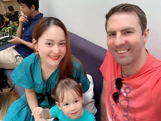 Lan Phương tranh thủ bay từ TP HCM ra Hà Nội chơi với con gái được một buổi rồi lại bay vào tiếp tục quay phim.