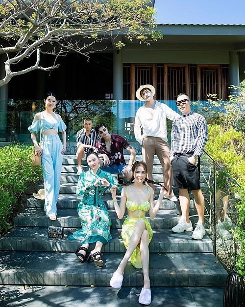 Ngọc Trinh nhí nhảnh bên những người bạn trong chuyến lịch nghỉ dưỡng ở Ninh Thuận.