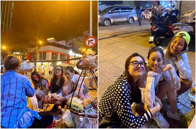 Khánh Vân giúp chị bán bánh tráng lột trứng trong lúc chờ đợi.