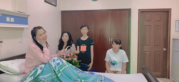 Phi Thanh Vân tươi tỉnh pose hình khi được người thân, bạn bè đến viện hỏi thăm. Trước đó, nữ diễn viên bị viêm dạ dày cấp và kiệt sức vì công việc quá tải, phải nhập viện cấp cứu chiều 5/7.