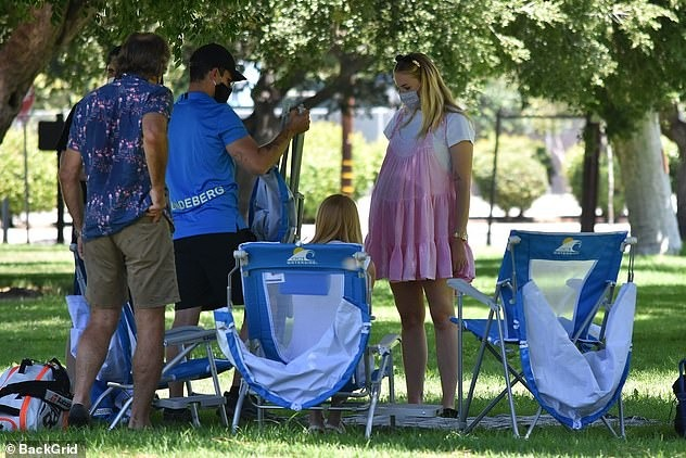 Bố mẹ Sophie Turner tham gia buổi picnic cùng con gái và con rể.