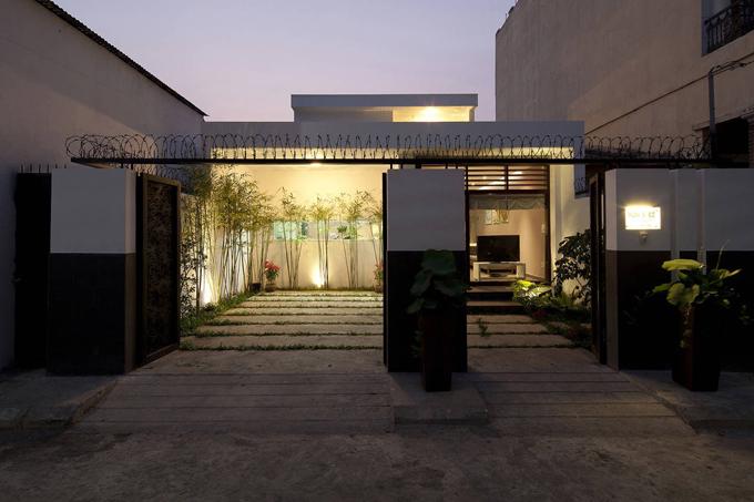 Sân trước của nhà được trồng nhiều cây xanh, tạo sự thông thoáng và gần gũi thiên nhiên.