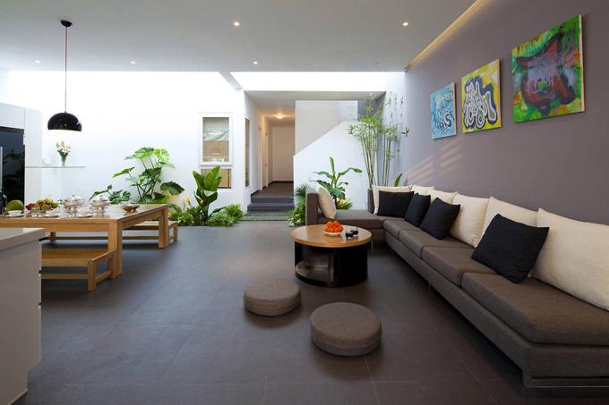 Ngôi nhà dành cho cặp vợ chồng và 3 con nhỏ tọa lạc tại Gò Vấp, TP HCM có tổng diện tích 255 m2, được hoàn thiện năm 2012 bởi MM++ Architects.