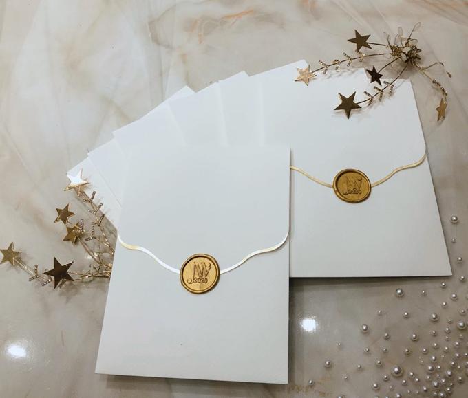 Thiệp cưới tông trắng - vàng tối giản của Thúy Vân. Ảnh: NVCC
