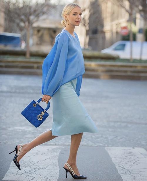 Giữa tiết trời mùa nắng oi ả, sắc xanh mang lại cảm giác dịu mắt và giúp người mặc trẻ trung hơn tuổi. Chính vì thế nó được đông đảo tín đồ thời trang đón nhận.