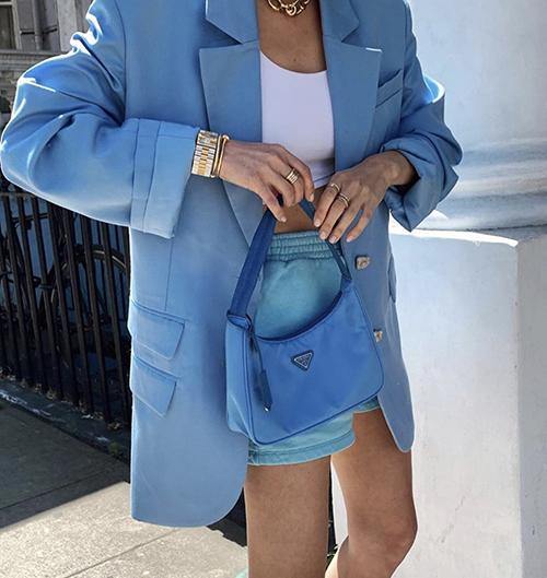 Gam xanh dương được thể hiện trên nhiều sắc độ đậm nhạt và được các nhà mốt đưa vào nhiều mẫu blazer, suit thời thượng.