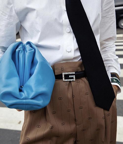 Ngoài cách chọn váy áo, phái đẹp có thể bắt trend gam xanh bằng cách mix-match phụ kiện hợp mốt.