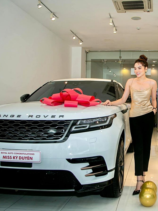 Dòng xe này hiện bán ra tại Việt Nam với 3 phiên bản, giá khởi điểm từ 5,2 tỷ. Riêng chiếc xe Kỳ Duyên sở hữu thuộc bản 2020, giá nhập khẩu dao động hơn 5,5 tỷ đồng.