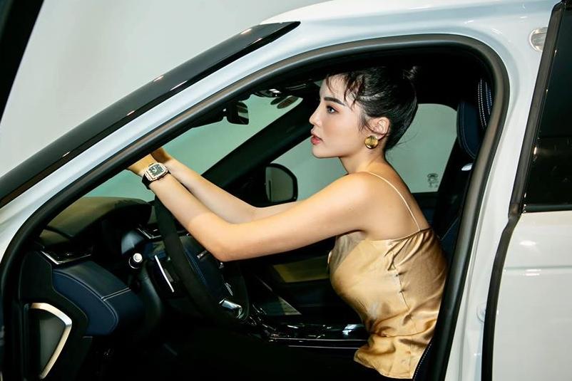 Khoang lái rộng rãi tạo nhiều thuận lợi cho Kỳ Duyên khi tự lái xe di chuyển.