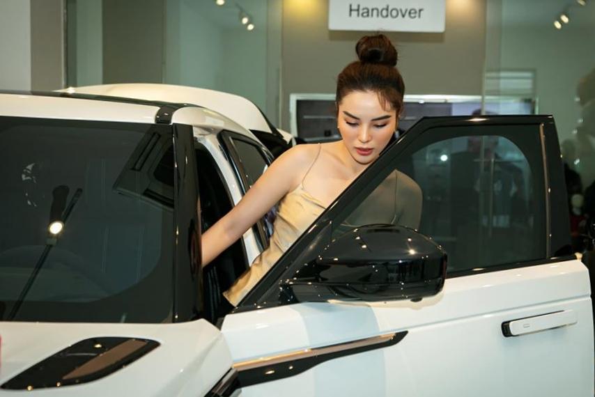 Kỳ Duyên hào hứng sử dụng chiếc xe cho các công việc sắp tới trong tương lai.
