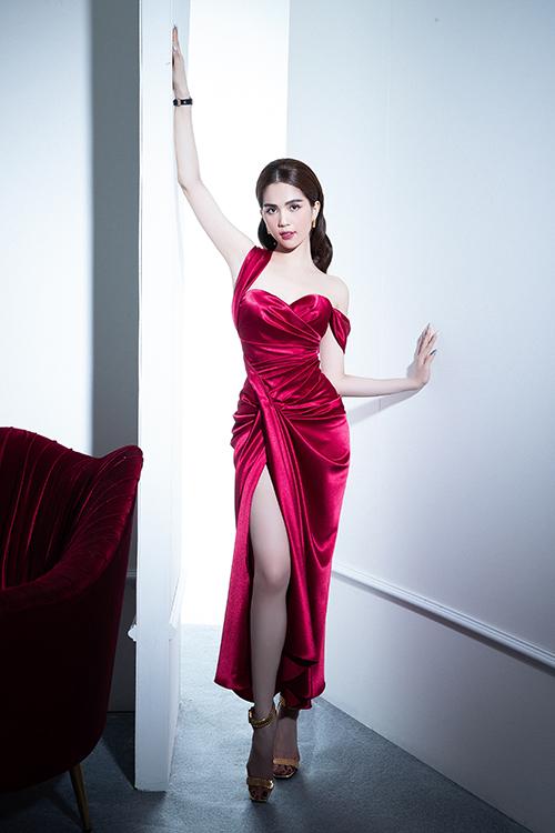 Song song với gam tím lãng mạn, nhà thiết kế còn giới thiệu các kiểu đầm dạ tiệc trên màu đỏ rượu sang trọng.
