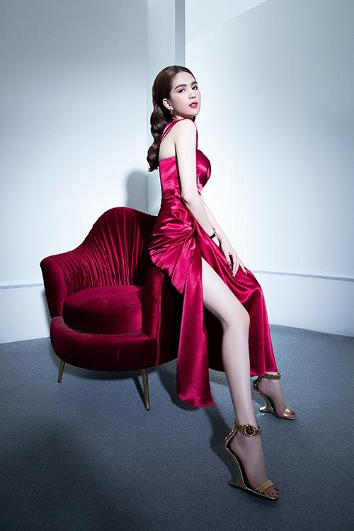 Váy xẻ cao với tông đỏ quyến rũ phù hợp với các bạn gái có làn da trắng sáng, vóc dáng mảnh mai và sở hữu đôi chân thon dài.