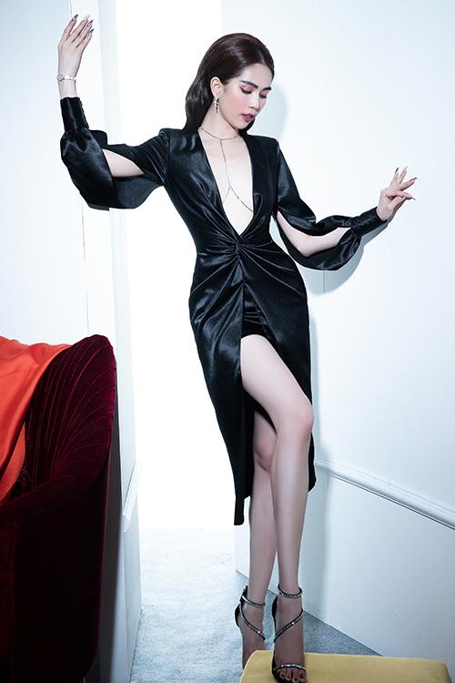 Sau thời gian lăng xê các mẫu đầm trang nhã phù hợp xu hướng mới, Đỗ Long trở lại với phong cách sexy.
