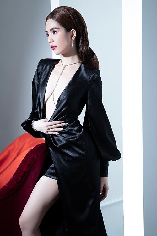 Ngọc Trinh làm mẫu ảnh giúp Đỗ Long giới thiệu các mẫu đầm đi tiệc cho mùa hè 2020. Mỹ nhân gốc Trà Vinh tự tin khoe vóc dáng mảnh dẻ sau khi giảm xuống còn 49kg.