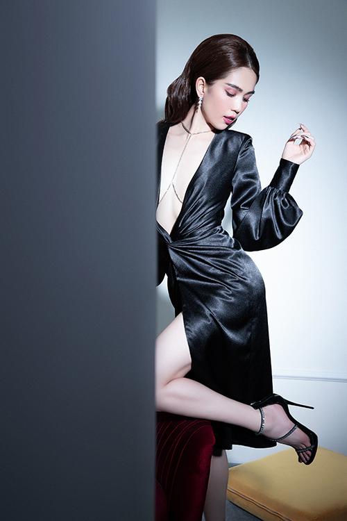Mẫu đầm đen kiểu dáng quen thuộc được nhà mốt Việt tạo nên điểm nhấn độc đáo nhờ đường cắt sắc nét, khoe khoảng hở táo bạo cho vùng ngực của người mẫu.
