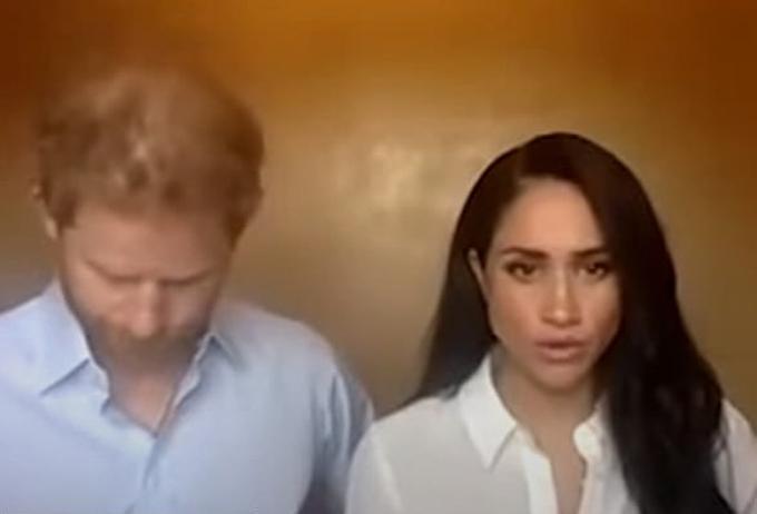 Harry liên tục cúi đầu khi Meghan nói.