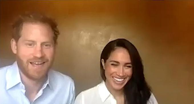 Harry và Meghan cùng cười khi hoàng tử 35 tuổi đổi sang pha trò để tìm lại cảm giác tồn tại của bản thân.
