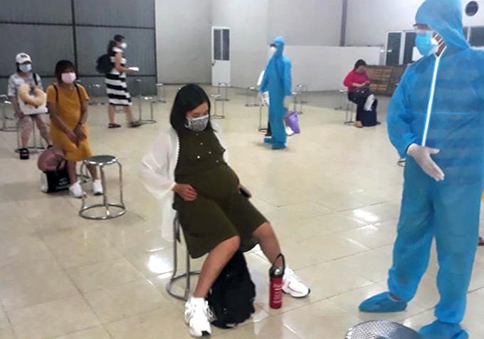 Các thai phụ được hướng dẫn trước khi vào khu cách ly. Ảnh: Thái Hà.